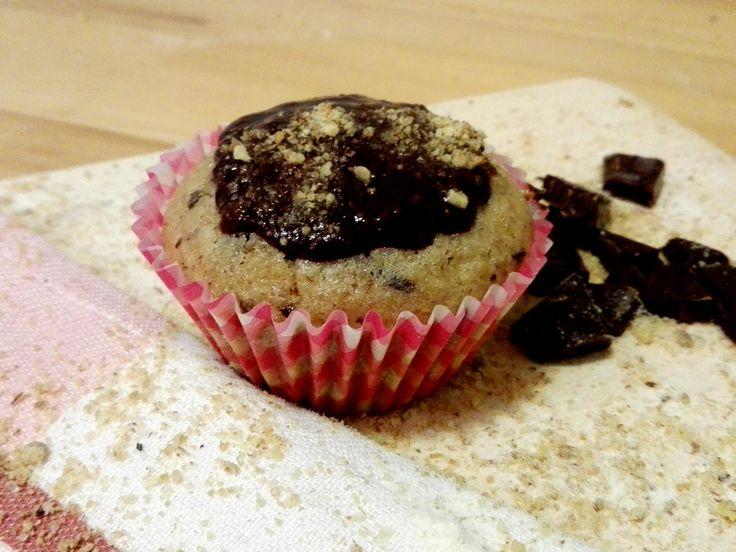 Muffiny jsou výborný dezert, který chutná dětem i dospělým. Připravte si velmi jednoduché ořechové muffiny s čokoládovými kousky, ozdobené čokoládovou polevou a ořechy. Tímto skvělým dezertem Jistě ohromíte všechny ve svém okolí při posezení u kávy, čaje, kakaa či horké čokolády.  http://www.hrnickova.cz/hrnickove-muffiny-s-orechama.html
