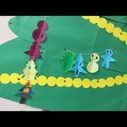 【切り絵のオーナメント】・4歳児(年中)・折り紙、はさみ、マーカー①折り紙を半分に折って、雪だるま・ジンジャーマン・クリスマスツリー・ヒイラギの葉などの型を書いたものを、4枚はさみで切る。②マーカーで模様を描く③縦、横、重ね、子どもの発想に任せて4枚を1つの飾りにする