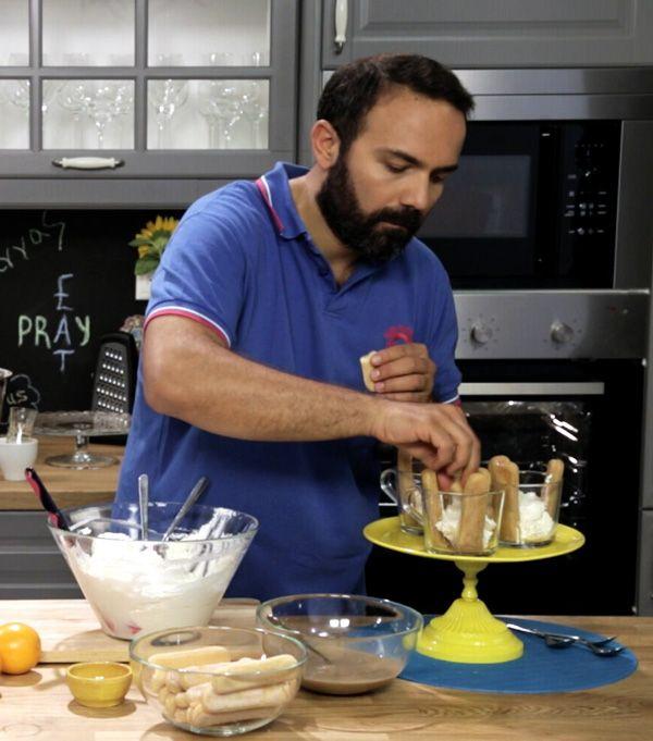 Μια κλασική ιταλική συνταγή με ελληνικό ταμπεραμέντο! Το κατίκι Δομοκού και η μαυροδάφνη στην κρέμα, αλλά και ο ελληνικός καφές στο μίγμα για τα μπισκότα κάνουν αυτό το τιραμισού μοναδικά απολαυστικό.