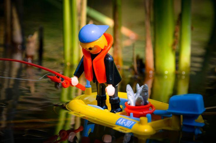 En action de pêche sur son petit bateau pneumatique propulsé par un hors bord électrique.