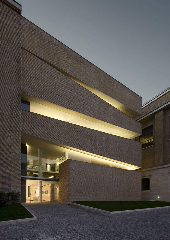 Formas inusitadas e efeitos de luz planejado, na fachada da Biblioteca Pio Ix Pontificia Università Lateranense KING ROSELLI, na Cidade do Vaticano, Itália.