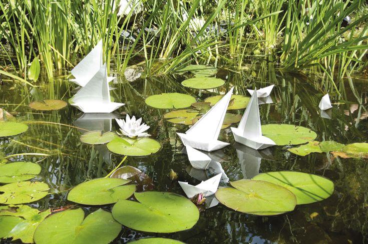 """Origami-Schiffe mit Aquapapier  (Idee mit Anleitung – Klick auf """"Besuchen""""!) - Die Origami-Schiffchen sind schnell und einfach aus einem Stück Papier gefaltet und sofort gebrauchsfertig. Mit dem wasserfesten Aquapapier können die Schiffe auch richtig lange schwimmen, ohne unterzugehen."""