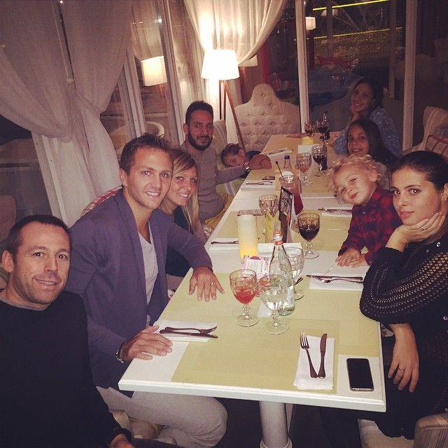 #DomenicoCriscito Domenico Criscito: È arrivata la pazza della famiglia (mia sorella).. Buona cena a tutti @pami91 @ventu2005
