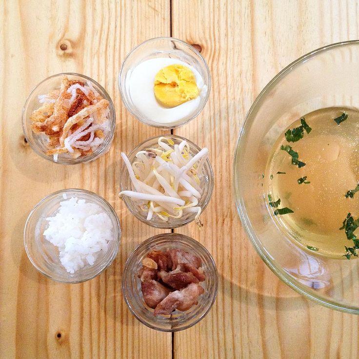 Saoto soep the ingredients! --> rijst, kip, ui, ei, selderij, tauge, gebakken aardappel en mihoen #saoto #foodislove #goodfoodgoodmood #bonnefooirsd #soup #soep #surinaams #javaans