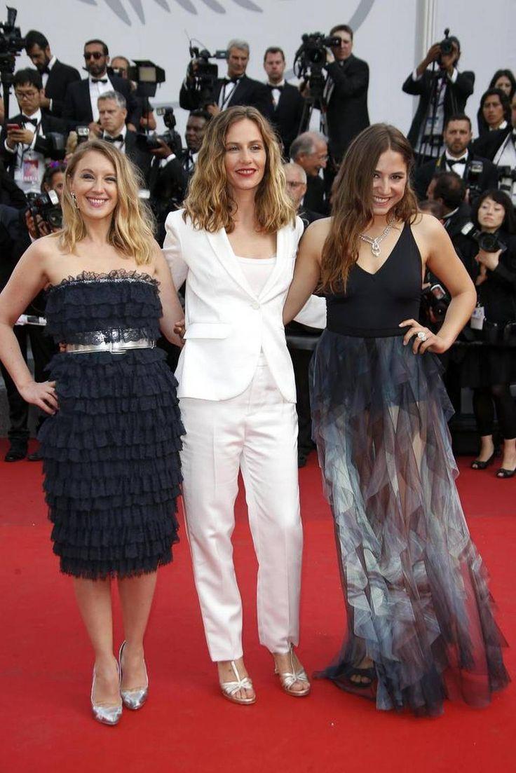 La actriz francesa Ludivine Sagnier, la belga Cecile de France y la cantente Izia Higelin posan a su llegada a la ceremonia por el 70º aniversario del Festival Internacional de Cine de Cannes (Francia) el 23 de mayo de 2017.