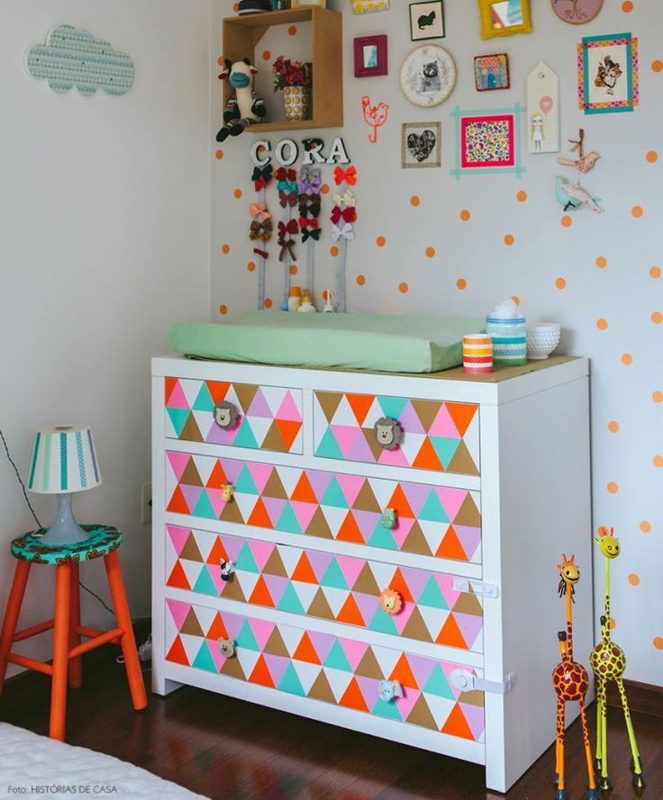 Комод с пеленальным столиком: как сделать нужную вещь стильной и обзор лучших дизайнерских предложений http://happymodern.ru/komod-s-pelenalnym-stolikom-44-foto-kak-sdelat-nuzhnuyu-veshh-stilnoj/ Яркий красочный комод в детской комнате