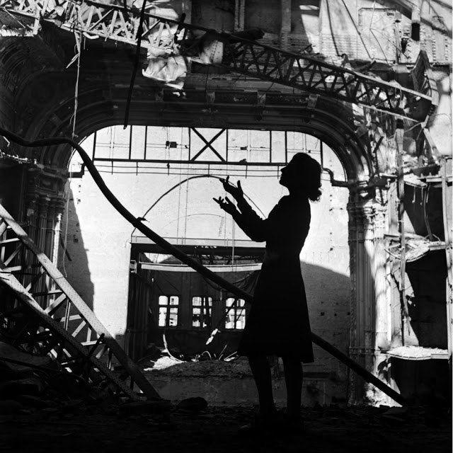 Ли Миллер. Оперная певица Ирмгард Зифрид исполняет арию из «Мадам Баттерфляй», Венская государственная Опера, Вена, Австрия, 1945 год.