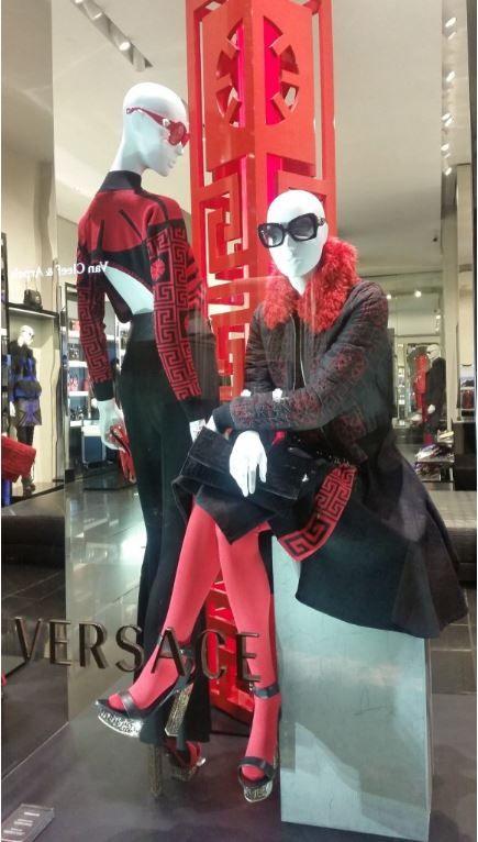 Orient express. Pose sciolte e abiti con motivi orientali. (Negozio: Versace - Via Montenapoleone, Milano)