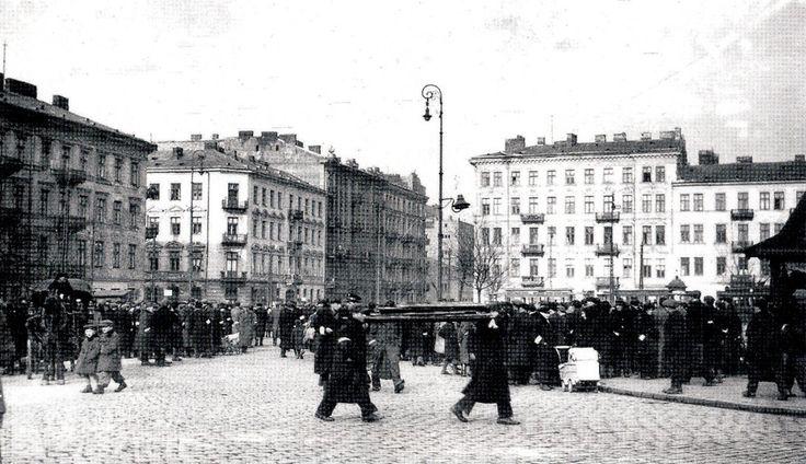 Plac Muranowski w Warszawie. Widok z placu w kierunku północno-wschodnim, po lewej wylot ulicy Sierakowskiej, po prawej − Muranowskiej ok 1941 r