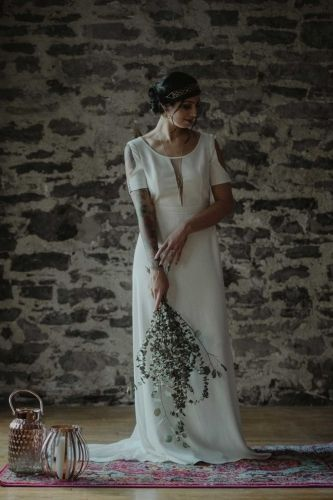 Geometric wedding dress in silk with an eucalyptus bouquet at Dream it Yourself Montreal