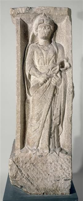 Représentation de Mercure portant un caducée. Pilier à quatre faces découvert en 1784, derrière la Sainte-Chapelle. Il porte, sculptée en bas-relief, la représentation de quatre dieux : Apollon, un Génie ailé, Mercure et Rosmerta, compagne de Mercure. Il est possible qu'à l'origine, le pilier ait été surmonté d'une colonne portant un groupe statuaire, cavalier tuant un monstre, ou encore statue d'une divinité.  Origine : Paris, Pont-au-Change Datation : Ier s. ap. J.-C.