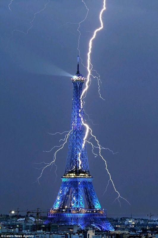 Fulger nocturn pe lângă Turnul Eiffel - Paris, Franţa