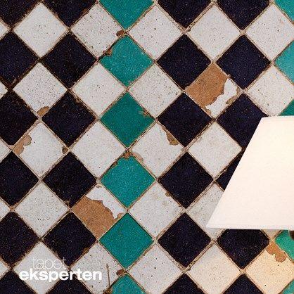 Tiles Tourquoise Chess - I det sydlige Spanien ligger byen Sevilla, som rummer et royalt slot fra det 11. århundrede. Slottet blev dengang prydet og dekoreret overdådigt med fantastiske kalker. Denne flotte tapetkollektion rummer hovedparten af de kakler man kan se på slottet Alcazar of Seville
