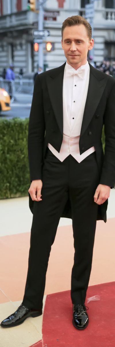 """Tom Hiddleston attends the """"Manus x Machina: Fashion In An Age Of Technology"""" Costume Institute Gala at Metropolitan Museum of Art on May 2, 2016 in New York City. Full size image: http://ww4.sinaimg.cn/large/6e14d388gw1f3i4e84372j21z22s0x6p.jpg Source: Torrilla, Weibo http://www.weibo.com/1846858632/DtO05wbvy?from=page_1005051846858632_profile&wvr=6&mod=weibotime&type=comment#_rnd1462294552246"""