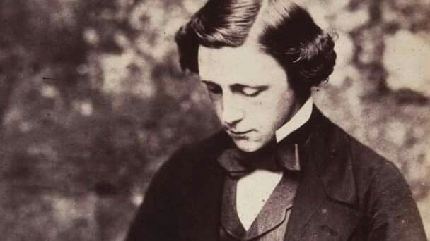 """""""E tu chi sei?"""" domandò il Bruco.  Intimidita, Alice rispose: """"Io – a questo punto quasi non lo so più, signore – o meglio, so chi ero stamattina quando mi sono alzata, ma da allora credo di essere cambiata più di una volta.  (Lewis Carroll, pseudonimo di Charles Lutwidge Dodgson)"""