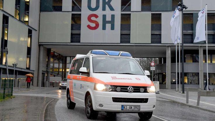Kiel – Im Universitätsklinikum Kiel ist ein weiterer mit multiresistentem Keim infizierter Patient gestorben. Damit erhöhte sich die Zahl der Toten auf zwölf, sagte Klinikchef Jens Scholz am Montag bei einer Pressekonferenz. http://www.bild.de/regional/hamburg/krankenhaus-keime/zahl-der-toten-in-kiel-steigt-weiter-39480264.bild.html