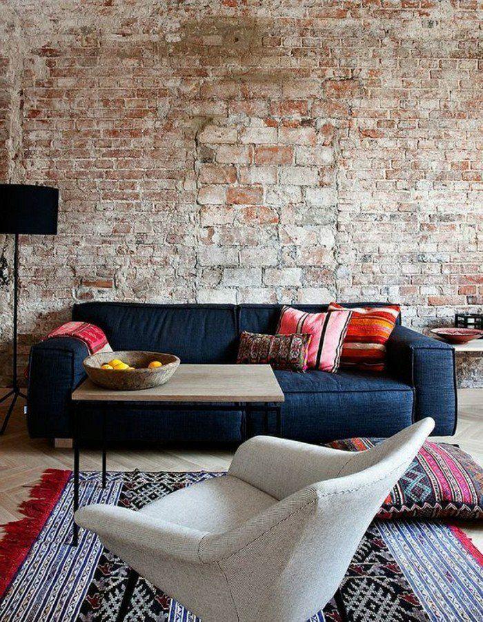 decoration murale dans le salon avec canap bleu fonc parement mural en briques