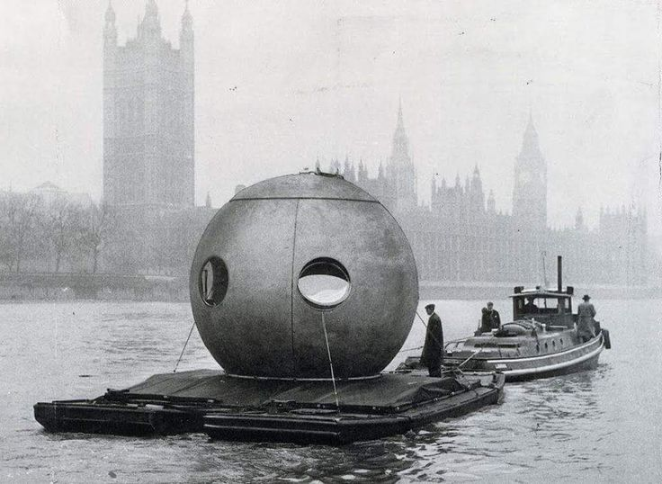 In 1958 Juni Ludowici designed and built this Rundhaus, which probably should have been called Kugelhaus since it is not just round, but spherical. There's not much information on this fate of this futurist design, but here it is being transported down the River Thames.