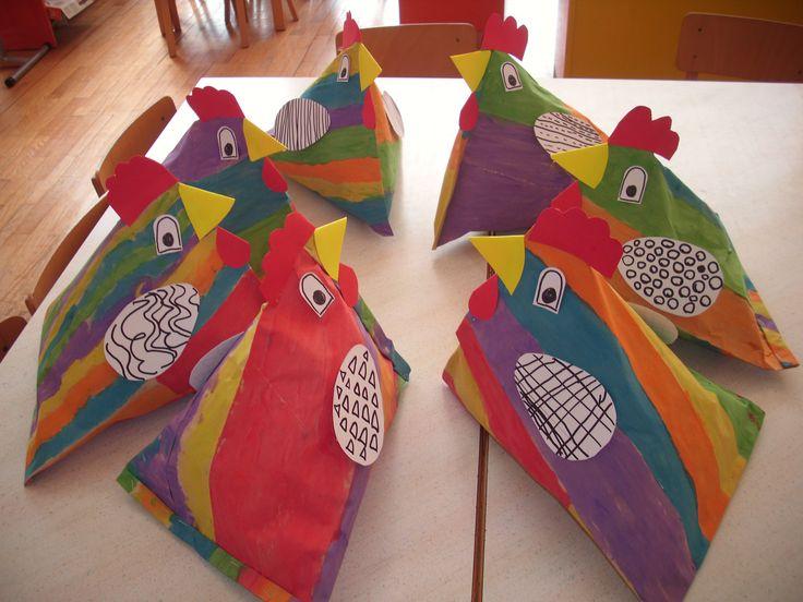 Des poules bien colorées avec du papier toilette