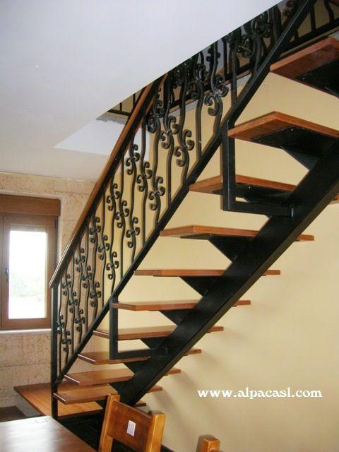 escalera de estructura metlica con eje central y pasos en madera sobre palastros metlicos http