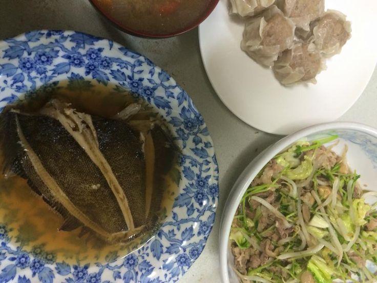 今夜のくまのレシピ 2016-02-14 カレイの煮付け、牛肉の薄切と豆苗(とうみょう)のオイスターソース炒め、野菜の味噌汁、市販のシュウマイ