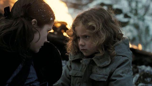 Aryana Engineer es una actriz canadiense sorda que participó en películas como La huérfana y Resident Evil 5. Fue descubierta por el director Jaume Collet-Serra cuando la vio comunicándose con su madre en lengua de signos.