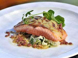 Marinovaný losos sfenyklovým salátem, omáčkou a klobáskou
