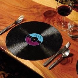 Record Placemats (set of 2) Nr. Kat.: GG1618  Zestaaw 2 podkładek pod talerze w kształcie płyt winylowych.