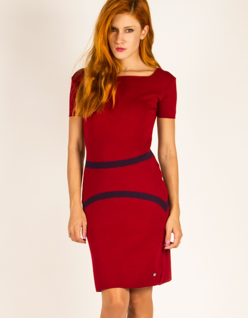 Short sleeve knit dress with jaquard lines.
