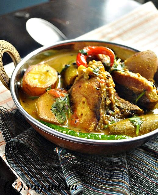 Alu Patol die Macher Patla Jhol (Light fish curry with potato and pointed gourd)