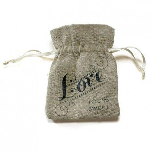 Set van 12 linnen vintage zakjes met de opdruk Love. Personaliseer het zakje zelf met een naamkaartje aan het lintje vast te maken en schrijf er een leuke boodschap voor de gasten op. Vul het zakje dan met snoepgoed of lollies en je hebt een leuk bedankje. Wedden dat de dames het zakje gaan bijhouden om er kleine spulletjes in op te bergen!