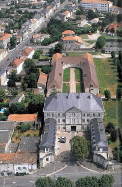 This former barracks of the 18th century is located in Fontenay-le-Comte, Vendée, and consists of three buildings, a mansion, and green spaces. Belliard barracks is located near the city center and extends over 21,000 m2.