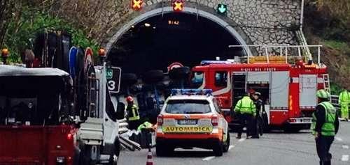 Attualià: #Pauroso #incidente a #Genova investiti quattro operai: due sono morti cinque feriti gravi (link: http://ift.tt/2o5O54P )