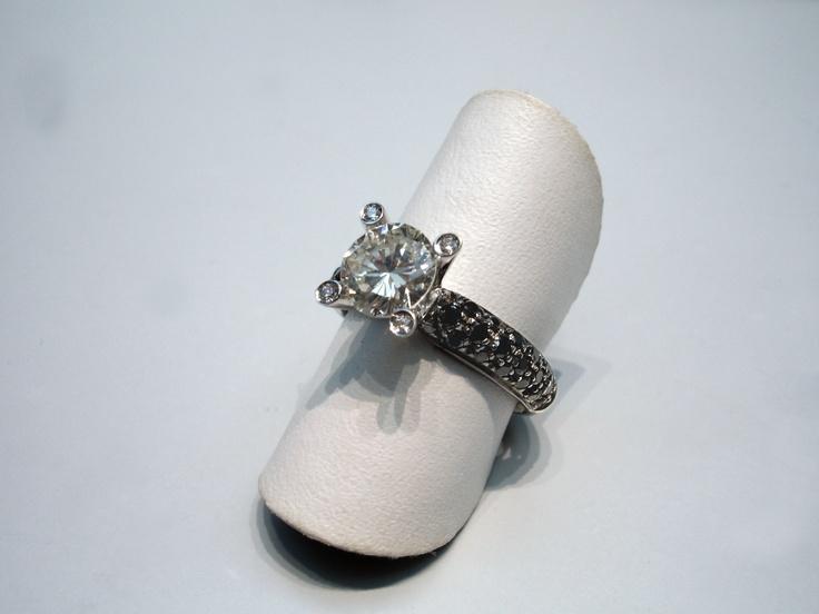 Anello con diamante solitario e diamanti neri