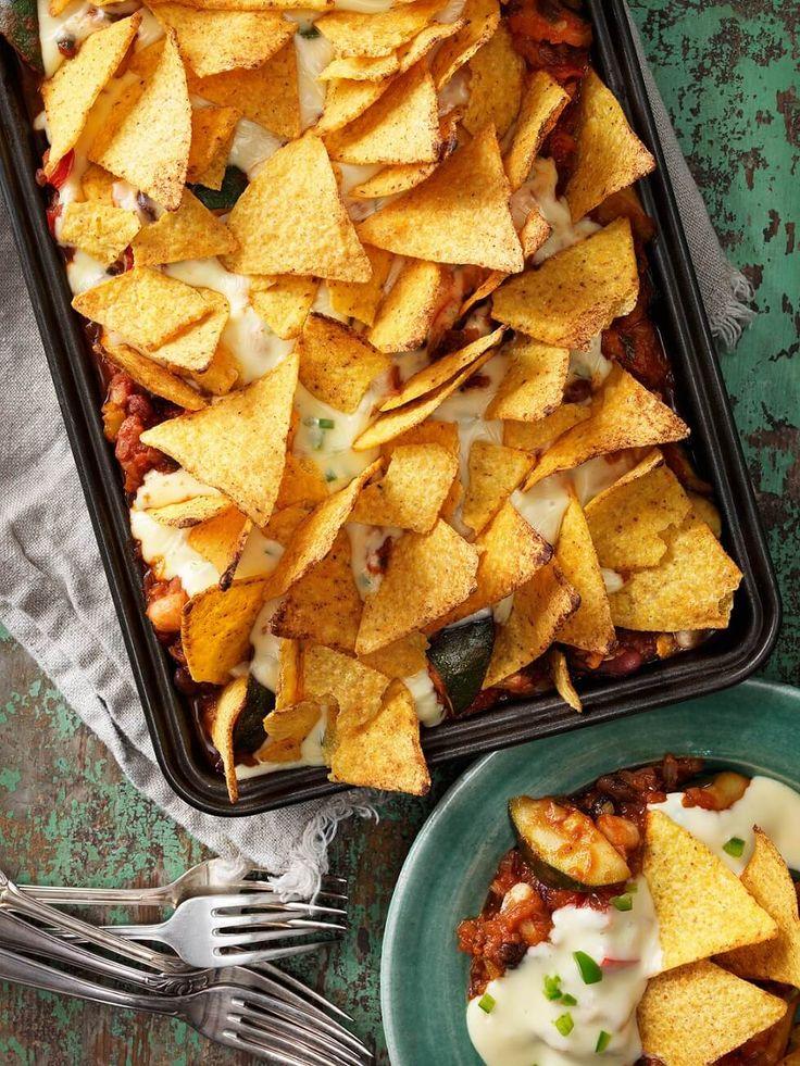 Denna vegetariska tacogratäng får härlig smak av grönsaker, bönor och mexikanska kryddor.