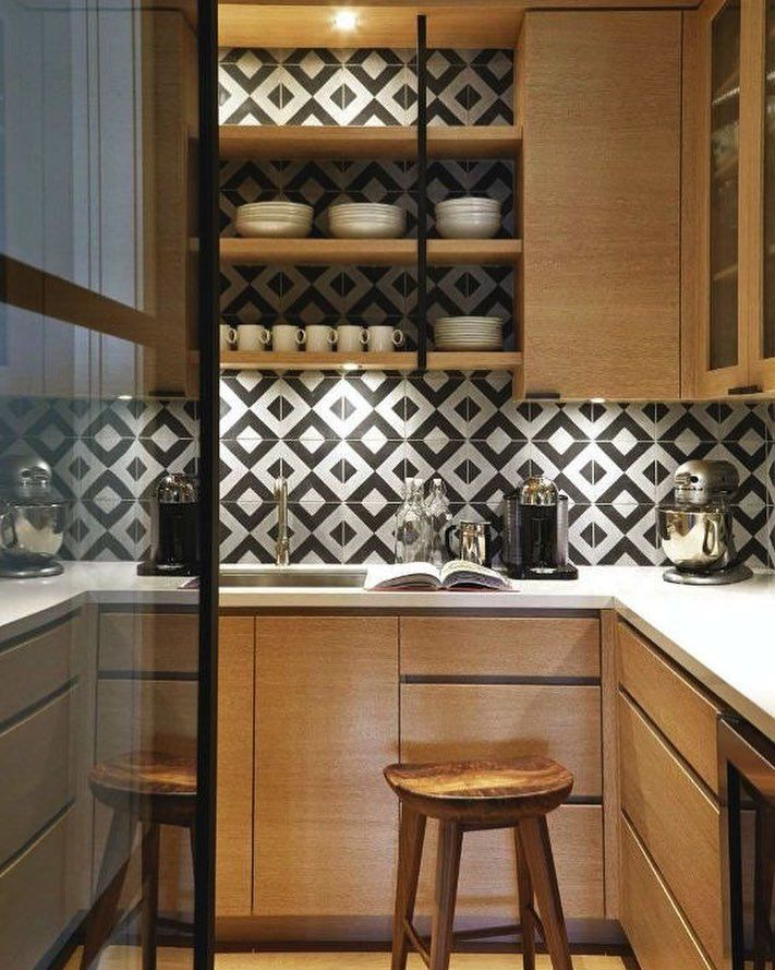 Sobre cozinhas pequenas  o azulejo com estampa geométrica dá aquele charme que faltava ao projeto...  Porque o neutro não precisa ser sem graça! { Projeto by Nam Dang Mitchell} #architecture #decoração #kitchen  Neutral doesn't have to mean boring - the  walk-in pantry features most of the same materials as the kitchen but was given its own special touch with the effect of graphic black and white tile on the wall!