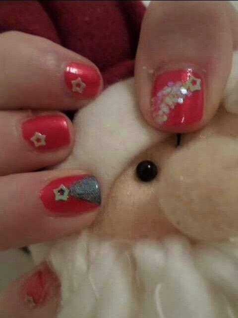 Xmas nail  Smalto rosso brillante con applicazioni stelline gialle e decorazioni albero di Natale e stella  cometa
