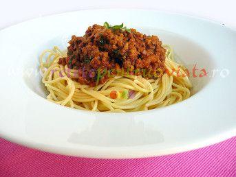 #Reteta italiana originala de paste cu sos #bolognese pregatita cu carne de vitel, legume, sos de rosii si paste italiene.  #retete   #reteteculinare