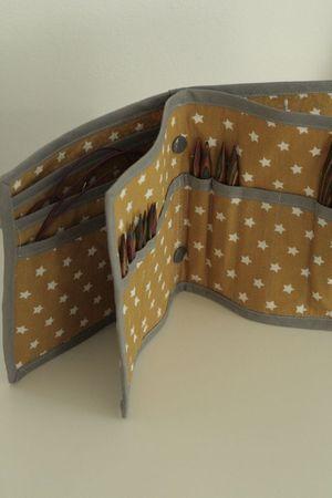 Knitting needle case based on pattern found here: http://p1.storage.canalblog.com/11/20/753856/80761440.pdf