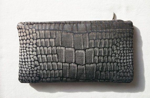 Pochette motif peau crocodile fermée par un zip en par SUNSUELLE