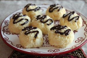 1 balení Philadelphie (226 g) 4 lžíce másla (při pokojové teplotě) 1 vanilkový prášek a nebo 1 lžička vanilkové esence 175 ml moučkového cukru půl balíčku máslových sušenek (v mixéru rozmixujeme) půl tabulky čokolády Do větší mísy dáme sýr Philadelphii, … Celý příspěvek →