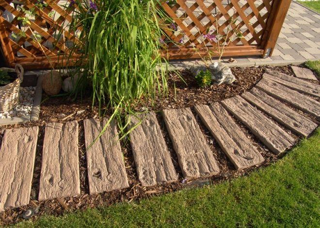 Dlažební nášlapné desky BARK imitují vzhledem povrchu i barvou dřevěné trámy, desky s kůrou a pražce, nebo staré dřevěné dláždění s letokruhy.