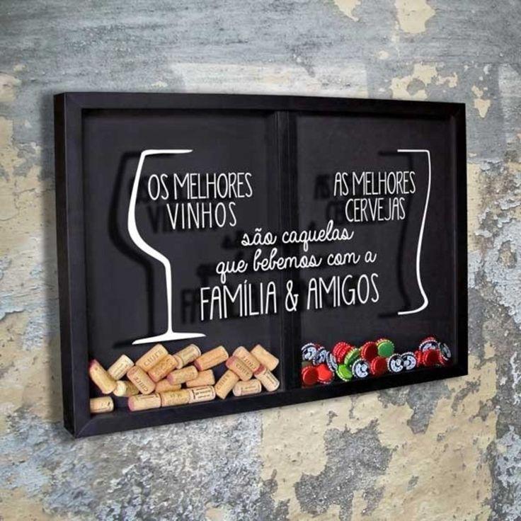 Quadro Misto para Rolhas e Tampinhas - Os Melhores...    Com os desenhos de uma taça de vinho e um copo de cerveja e o texto: Os melhores vinhos, A melhores cervejas, são aquelas que bebemos com a família e Amigos.    Há uma divisória que separa um lado só para rolhas e o outro lado só para tampinhas.