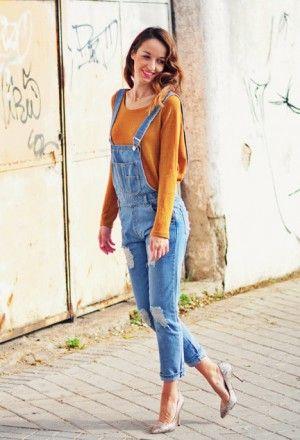 26: джинсовый комбинезон и оранжево-желтый свитер