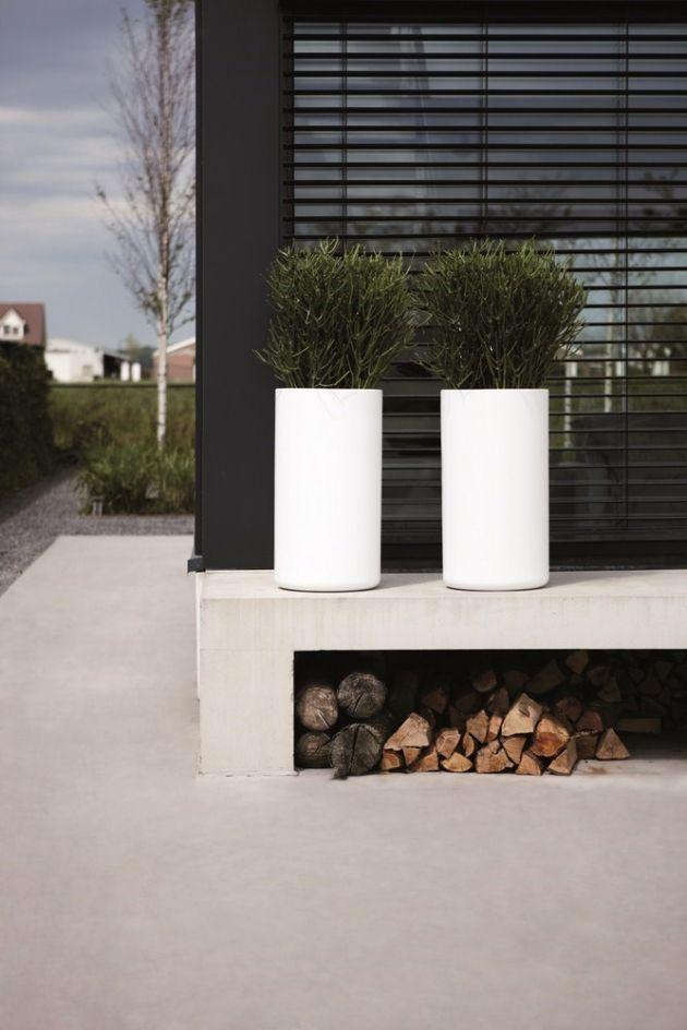 Moderne tuin met witte plantenbakken