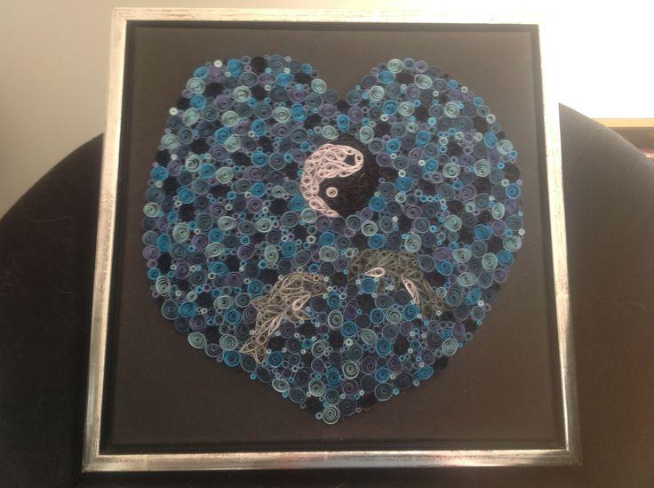 Billed med delfiner og yin og yang, lavet i quilling papi