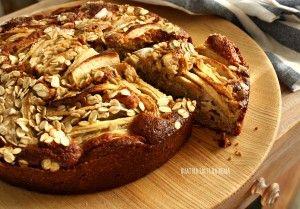 Un po' in ritardo, ma lo scorso week-end sono riuscita a fare la Torta di mele con nocciole e avena che il nuovo staff di Re-cake 2.0 ha proposto per il me