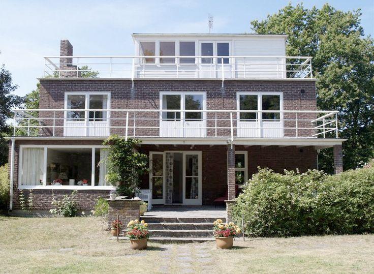 Villa Claëson, ritad av Josef Frank 1927. Villan anses som den mest intressanta byggnaden i Falsterbo.