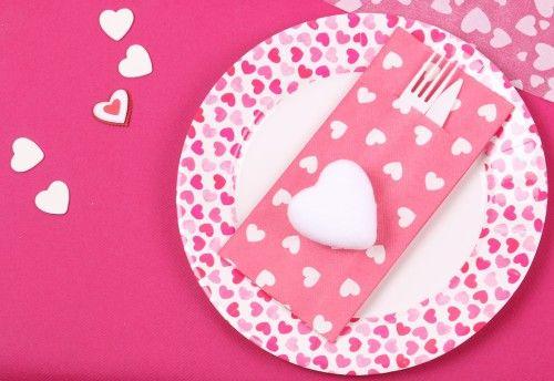 Coeur en velours blanc. Serviette porte couvert. Table rose romantique pour une soirée en amoureux - Mesa Bella Blog