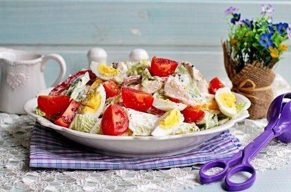 Салат с куриной грудкой, овощами и йогуртом.    Этот вкусный, сытный и полезный салат – полноценное блюдо. Хорошо подойдет и для ужина!    Вам потребуется:    филе куриное 400 г  капуста китайская 200 г  огурец 1 шт.  перец сладкий 2 шт.  йогурт 200 г  масло оливковое 2 ст.л.  помидоры 4 шт.  яйца куриные 2 шт.  соль по вкусу  перец черный по вкусу    Как готовить:    1. Куриное филе нарезать на не слишком толстые кусочки (каждый весом примерно 100 г). Слегка отбить молоточком.  Посолить и…